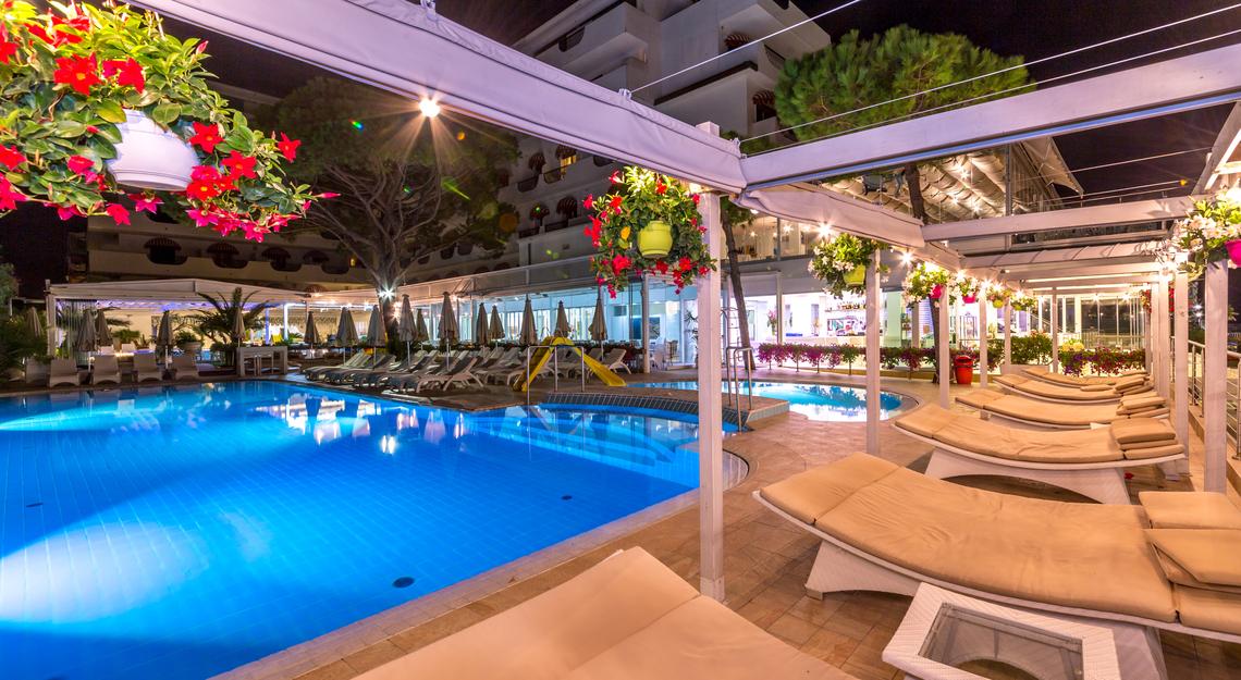 Hotel 3 stelle con piscina coperta riscaldata a jesolo hotel nettuno - Hotel con piscina coperta per bambini ...
