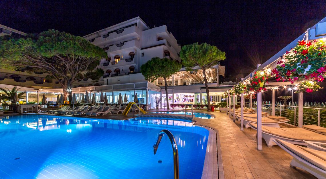 Hotel 3 stelle con piscina coperta riscaldata a jesolo hotel nettuno - Hotel maranza con piscina coperta ...